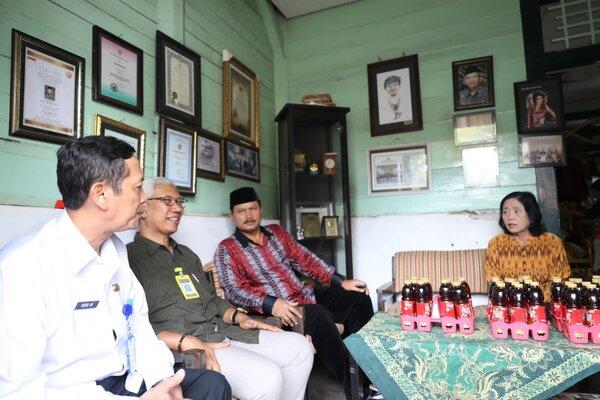 Perwakilan dari Kemendikbud (berkacamata) Desse Yussubrasta mendatangi rumah almarhum Sartono di Kota Madiun, Rabu (27/2/2019). - JIBI/Abdul Jalil