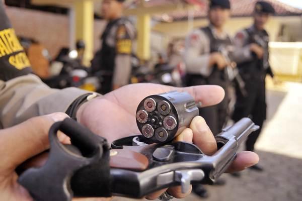 Petugas memeriksa senjata api. - ANTARA/Ardiansyah