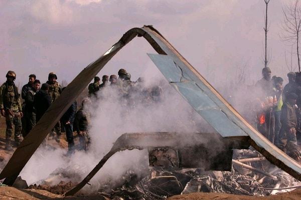 Militer India berkumpul di serpihan pesawatnya yang jatuh di kawasan Budgam, Kashmir, setelah terkena serangan Pakistan - Reuters/Danish Ismail