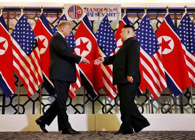 Presiden Amerika Serikat Donald Trump (kiri) bersiap menyalami Pemimpin Korea Utara Kim Jong-un, di Hanoi, Vietnam, Rabu (27/2/2019). - REUTERS/Leah Millis