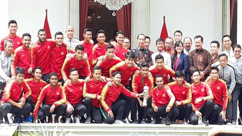 Punggawa tim nasional Indonesia U-22 berfoto bersama Presiden Joko Widodo di Istana Negara. - Bisnis/Amanda K. Wardhani