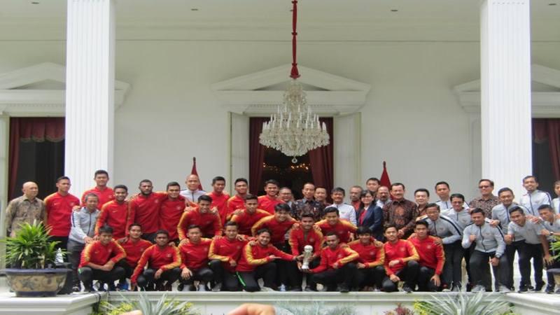 Presiden Joko Widodo berfoto bersama Tim Garuda Muda yang telah menjadi juara sepak bola piala AFF U-22 Kamboja di beranda belakang Istana Merdeka Jakarta, Kamis (28/2/2019). - Antara