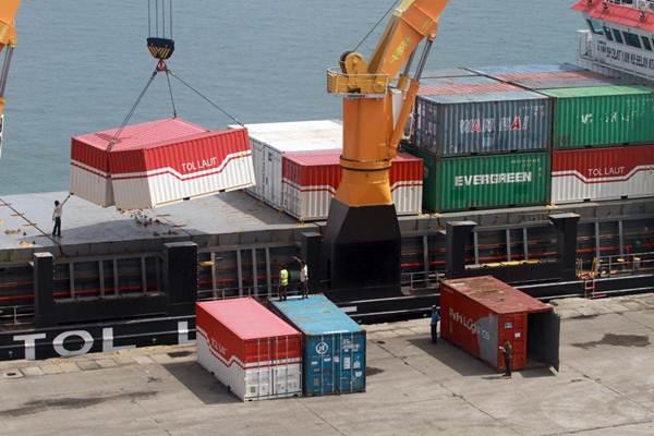 Kapal Logistik Nusantara 4 yang melayani tol laut menurunkan kontainer muatannya saat bersandar di dermaga Pelabuhan Makassar, Sulawesi Selatan, Kamis (28/6/2018). - Bisnis/Paulus Tandi Bone