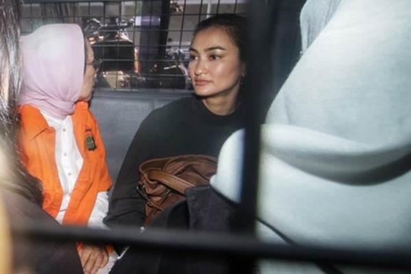 Atiqah Hasiholan (kanan) mendampingi ibunya, Ratna Sarumpaet (kiri) tersangka penyebaran berita bohong atau hoaks di mobil tahanan untuk menuju Kejaksaan Negeri Jakarta Selatan dari Polda Metro Jaya, Jakarta, Kamis (31/1/2019). - ANTARA/Rivan Awal Lingga