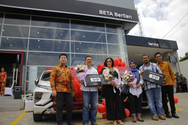 Director of Sales & marketing Division PT Mitsubishi Motors Krama Yudha Sales Indonesia (MMKI) Irwan Kuncoro (kanan) bersama dengan President Director DETA Group Dylan Tedja (kiri) berfoto bersama konsumen terpilih di depan outlet Mitsubishi Passenger Car & Light Commercial Car Authorized Dealer Beta Berlian Motor di Manado, Kamis (28/2/2019). - Bisnis/Lukas Hendra