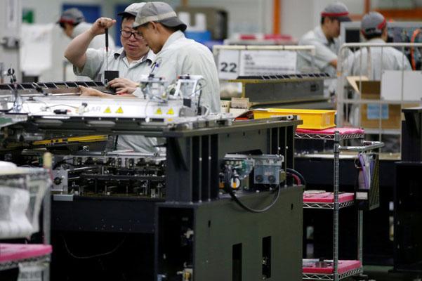 Ilustrasi kegiatan di salah satu pabrik di dalam kawasan industri. - Reuters/Edgar Su