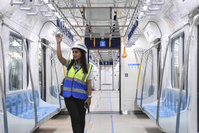 Petugas menaiki kereta Mass Rapid Transit (MRT) Jakarta fase I koridor Lebak Bulus - Bundaran HI yang sedang diuji coba di Jakarta, Kamis (7/2/2019). - ANTARA/Hafidz Mubarak A