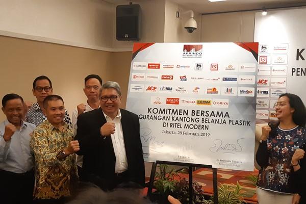 Asoasiasi Pengusaha Ritel Indonesia (Aprindo) mendeklarasikan komitmen bersama pengurangan kantong belanja plastik di ritel modern pada Kamis (28/2/2019). - Bisnis/Yanita Petriella