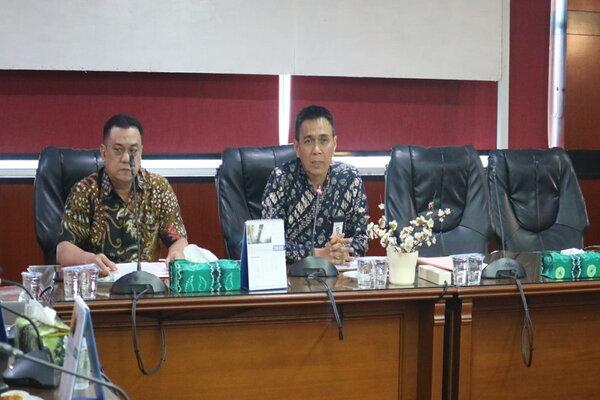 Direktur Utama Bank Kalsel Agus Syabaruddin (kanan) saat memberi keterangan pers dengan awak media. - Bisnis/Arief Rahman