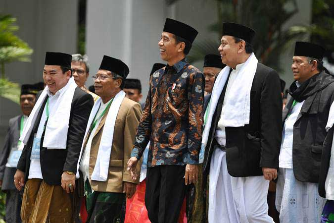 Presiden Joko WIdodo (tengah) berjalan bersama sejumlah ulama saat acara silaturahmi Halaqah Ulama dan Pimpinan Pondok Pesantren Jawa Barat Tahun 2019 di Istana Negara, Jakarta, Kamis (28/2/2019). - ANTARA/Wahyu Putro A