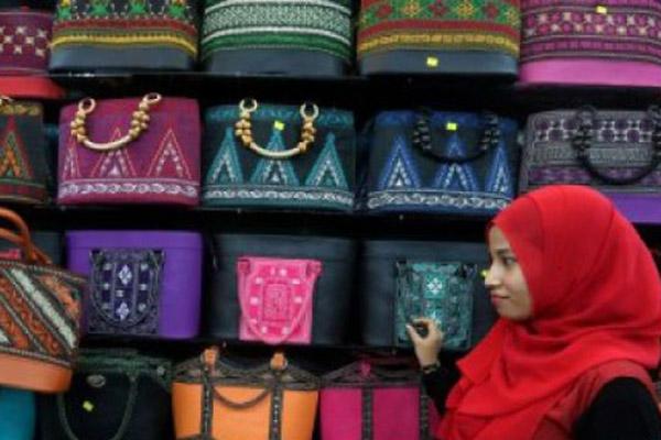 Tas bordir Aceh di salah satu kedai penjualan di Peunayong, Banda Aceh. - Antara/Irwansyah Putra