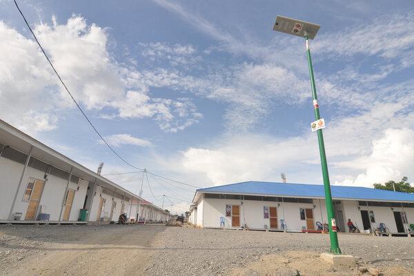 Sebuah lampu penerangan bertenaga surya terpasang di sekitar lingkungan Hunian sementara (Huntara) pengungsi korban bencana di Palu, Sulawesi Tengah, Sabtu (23/2/2019). - Antara/Mohamad Hamzah