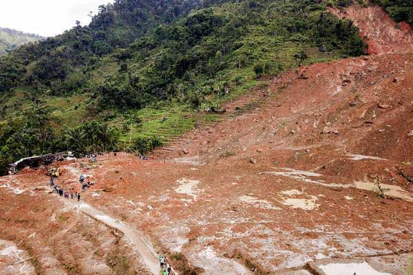Foto udara bencana longsor melanda kampung Cimapag, Desa Sirnaresmi, Kecamatan Cisolok, Kabupaten Sukabumi, Jawa Barat, Rabu (2/1/2019). - ANTARA/M Agung Rajasa