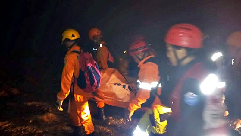 Anggota tim SAR mengevakuasi salah seorang korban tambang emas yang longsor di Desa Bakan, Kecamatan Lolayan, Kabupaten Bolaang Mongondow, Sulawesi Utara, Selasa (26/2/2019) malam. - ANTARA/Humas Basarnas