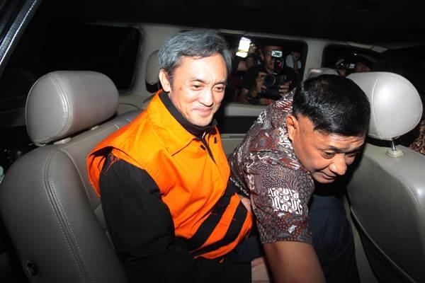 Eddy Sindoro (kiri) usai menjalani pemeriksaan di gedung Komisi Pemberantasan Korupsi (KPK), Jakarta, Jumat (12/10/2018). - ANTARA/Reno Esnir