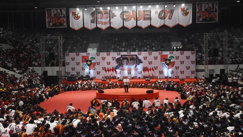Capres nomor urut 01 Joko Widodo (tengah) menyampaikan pidato politik saat Deklarasi Relawan Pemuda Pancasila DKI Jakarta di Istora Senayan Jakarta, Minggu (3/3/2019). Ormas Pemuda Pancasila DKI Jakarta mendeklarasikan dukungannya kepada Capres-Cawapres nomor urut 01 Joko Widodo-Maaruf Amin pada Pilpres mendatang. - Antara