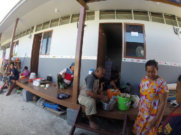Aktivitas warga Palu di hunian sementara (huntara) yang dibangun PT Vale Indonesia Tbk.  -  Bisnis/Paulus Tandi Bone