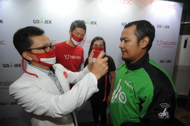 Chief of Medical Halodoc Irwan Heriyanto (kiri), memberikan tips pemakaian masker yang benar, disaksikan Founder sekaligus Chief Executive Officer Halodoc, Jonathan Sudharta (kedua kiri) dan Head Go-MED Inggrid Silalahi (kedua kanan)saat pencanangan kampanye INDONESIASEHAT di Jakarta, Senin (14/8). - JIBI/Dedi Gunawan