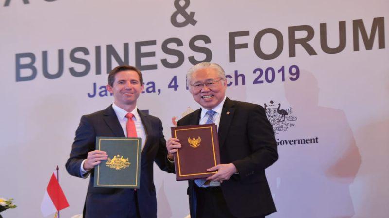 Menteri Perdagangan RI Enggartiasto Lukita (kanan) dan Menteri Perdagangan, Pariwisata, dan Investasi Australia Simon Birmingham menunjukkan dokumen perjanjian IA-CEPA. - Bisnis/Feni Freycinetia
