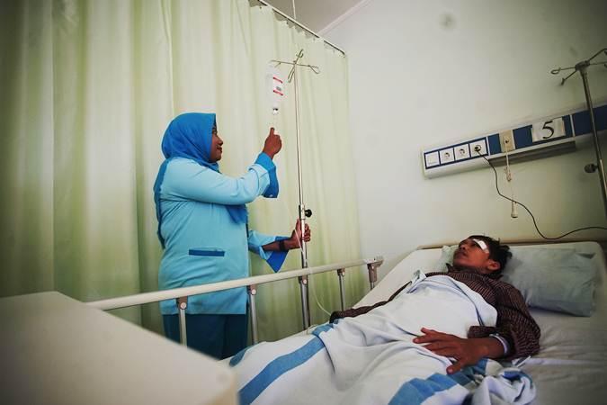 Petugas memeriksa pasien deman berdarah (DBD) - ANTARA/Kahfie kamaru