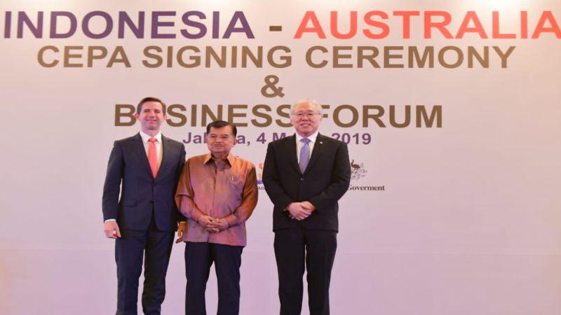 Wakil Presiden Jusuf Kalla (tengah) saat menyaksikan penandatanganan kerja sama perdagangan Indonesia-Australia antara Menteri Perdagangan Enggartiasto RI Lukita (kanan) dan Menteri Perdagangan, Pariwisata, dan Investasi Australia Simon Birmingham. - Bisnis/Feni Freycinetia