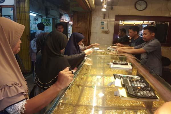 Aktivitas penjualan emas di Pasar Sentral Antasari Banjarmasin - Arief Rahman