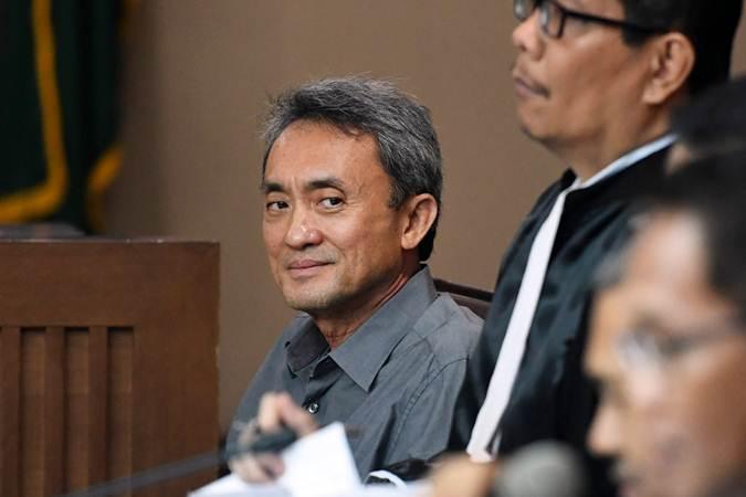 Terdakwa kasus suap pengajuan Peninjauan Kembali (PK) ke Pengadilan Negeri (PN) Jakarta Pusat, Eddy Sindoro (kiri) menjalani sidang lanjutan di Pengadilan Tipikor, Jakarta, Senin (18/2/2019). - ANTARA/Rivan Awal Lingga