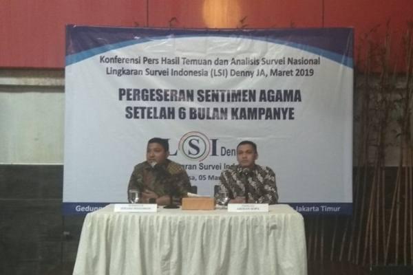 Peneliti LSI Denny JA, Ardian Sopa (kanan) saat memaparkan hasil survei nasional terbaru, di Jakarta, Selasa (5/3/2019). - Antara