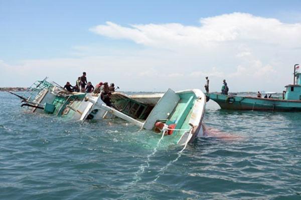 Penenggelaman Kapal Pencari Ikan Anggota polisi dan nelayan menenggelamkan kapal ikan hasil sitaan di perairan Tanjung Benoa, Bali, Minggu (19/2/2017). - Antara