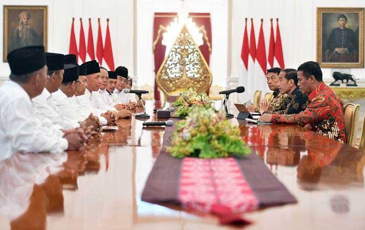 Presiden Joko Widodo (kedua kanan) berdialog dengan Dewan Pimpinan Pusat Asosiasi Petani Tebu Rakyat Indonesia (DPP APTRI) saat pertemuan di Istana Negara, Jakarta, Selasa (5/3/2019). - ANTARA/Akbar Nugroho Gumay