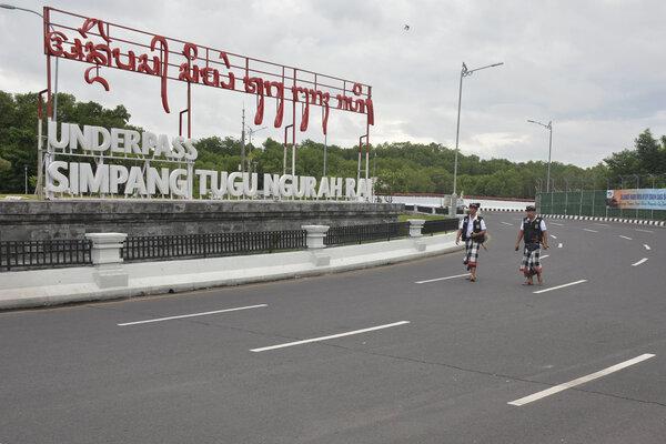 Pecalang atau petugas pengamanan adat Bali memantau situasi saat Hari Raya Nyepi Tahun Saka 1941 di kawasan Underpass Simpang Tugu Ngurah Rai, Bali, Kamis (7/3/2019). Pengamanan oleh Pecalang tersebut dilakukan untuk menjamin keamanan dan kelancaran umat Hindu yang menjalani