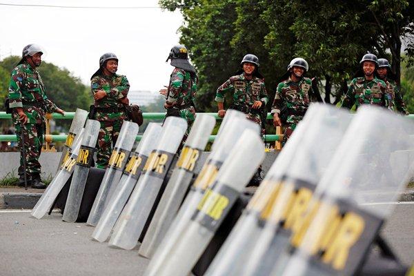 Personel TNI bersiaga untuk pengamanan aksi 313, di dekat Istana Merdeka, Jakarta, Jumat (31/3). - Reuters/Darren Whiteside
