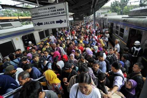 Ilustrasi - Calon penumpang kereta api. - Bisnis