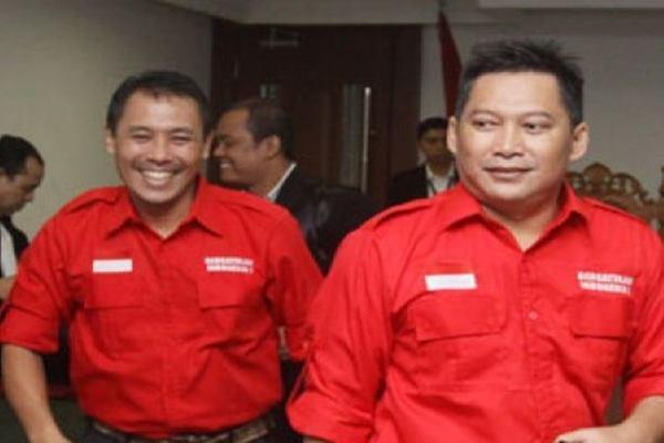 Darmawan Sepriosa (kiri) dan Setiyardi Budiono (kanan) saat mengikuti sidang perkara dugaan pencemaran nama baik Joko Widodo oleh pimpinan Tabloid Obor Rakyat di Penagdilan Negeri Jakarta Pusat, Jakarta, Kamis (2/6/2016). - Antara