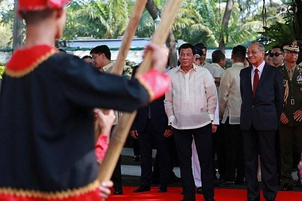 Presiden Filipina Rodrigo Duterte dan Perdana Menteri Malaysia Mahathir Mohamad - Reuters