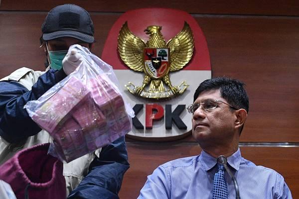 Wakil Ketua KPK Laode M Syarif (kanan) dan penyidik menunjukkan barang bukti hasil operasi tangkap tangan (OTT) KPK di kantor KPK, Jakarta, Senin (15/10/2018). KPK menetapkan 9 orang tersangka yang diduga terkait kasus perizinan proyek pembanguan Meikarta di Kabupaten Bekasi yang salah satunya Bupati Bekasi, Neneng Hasanah Yasin dengan barang bukti uang 90 ribu dolar Singapura dan Rp513 juta dengan total komitmen Rp13 miliar. - Antara