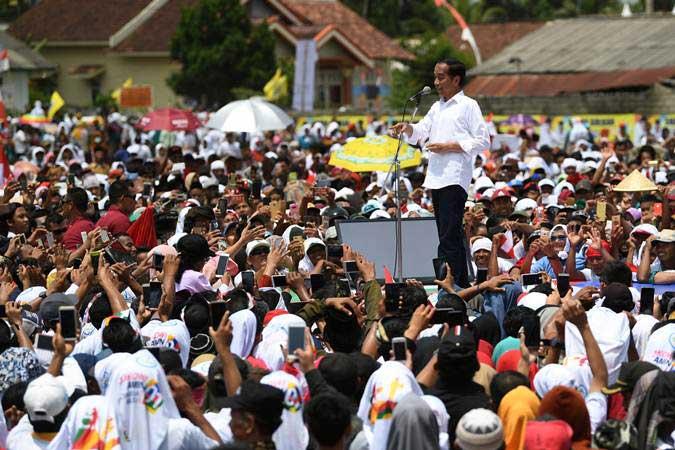 Capres nomor urut 01 Joko Widodo menyapa pendukungnya ketika menghadiri deklarasi dukungan dari para petani dan nelayan Lampung di Lapangan Karangendah, Lampung Tengah, Lampung, Jumat (8/3/2019). - ANTARA/Wahyu Putro A