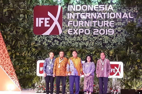 Menteri Perindustrian Airlangga Hartarto (tengah) dan Ketua HIMKI Soenoto (kedua dari kiri) dalam pembukaan pameran Indonesia International Furniture Expo (IFEX) 2019 di JIExpo, Jakarta, Senin (11/3/2019). - BISNIS.COM/Annisa S.R