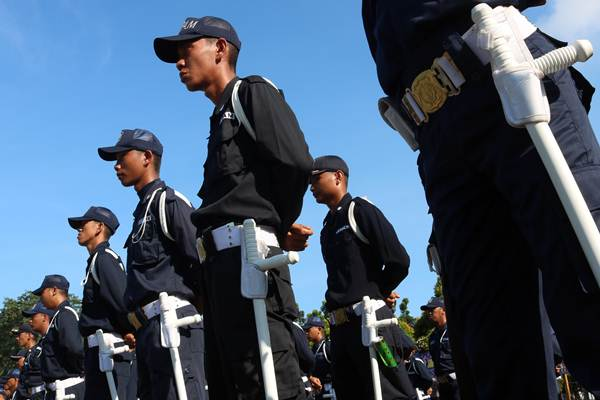 Sejumlah anggota Satuan Pengamanan (Satpam) mengikuti upacara HUT ke-38 Satpam, di Pontianak, Kalimantan Barat, Selasa (8/1/2019). - ANTARA/Jessica Helena Wuysang