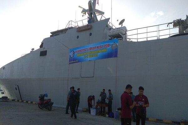 Persiapan Kas Keliling Kepulauan 3T yang merupakan kerja sama antara Bank Indonesia dan TNI Angkatan Laut dengan menggunakan KRI Karang Pilang. - Bisnis/  Eka Chandra Septarini