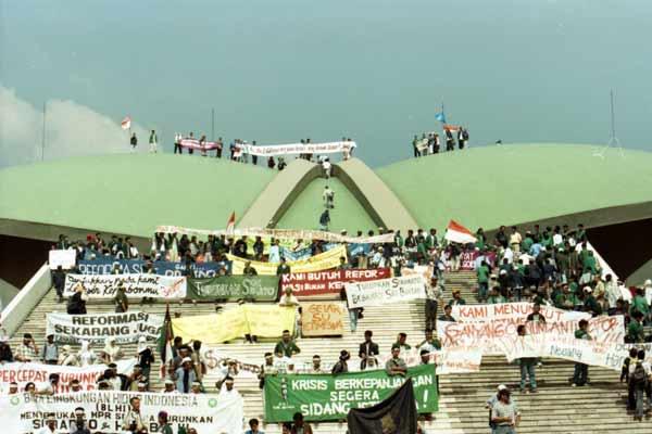 Mahasiswa menduduki gedung DPR/MPR Senayan Jakarta, Mei 1998. - Bisnis/Firman Wibowo