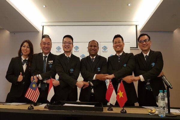 Kedua dari kiri ke kanan, CEO PropNex Malaysia Marcus Teng, CEO PropNex Indonesia Luckyanto, CEO PropNex Singapura Ismail Gafoor, dan CEO PropNex Vietnam Vo Dinh Khanh Duy seusai menandatangani perjanjian kerja sama penjualan properti internasional di Surabaya, Senin (11/3/2019). - Bisnis/Peni Widarti
