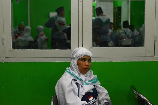 Calon haji kelompok terbang (kloter) satu Embarkasi Hasanuddin menunggu giliran pemeriksaan kesehatan - Antara