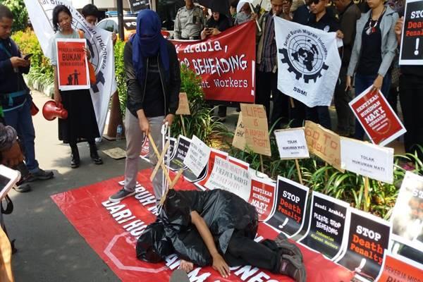 Demo mengecam eksekusi mati TKI Zaini Misrin di Arab Saudi. Demo digelar di depan Kedubes Arab Saudi, Jakarta, Selasa (20/3). - JIBI/Nur Faizah al Bahriyatul Baqiroh