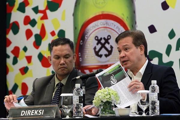 Direktur PT Delta Djakarta Tbk. Alan DV Fernandez (kanan) memberikan penjelasan didampingi Financial Planning and Investor Relation Manager Poltak Siahaan, saat paparan publik perseroan, di Jakarta, Rabu (25/4/2018). - JIBI/Dwi Prasetya