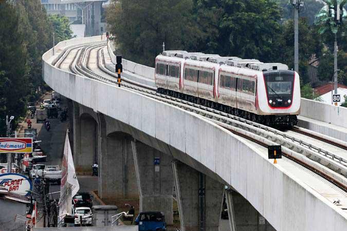 Kereta ringan atau Light Rail Transit (LRT) rute Velodrome-Kelapa Gading memasuki Stasiun Velodrome Jakarta, Senin (25/2/2019). - ANTARA/Rivan Awal Lingga
