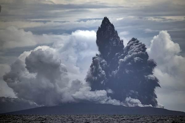 Erupsi Gunung Anak Krakatau terlihat dari KRI Torani 860 saat berlayar di Selat Sunda, Lampung, Selasa (1/1/2019). - Antara/Sigid Kurniawan