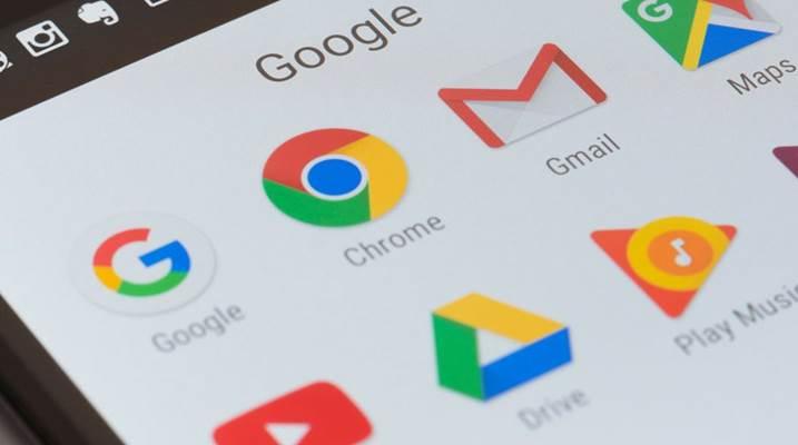 Logo Gmail bersama logo lainnya di perangkat handphone - Twitter