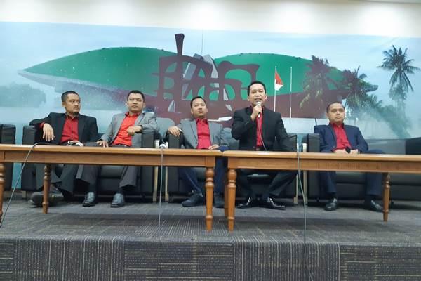 Penggerak GARBI yang juga Anggota Komisi II DPR Sutriyono (memegang microphone) saat memberikan keterangan pers di Gedung DPR didampingi jajaran pengurus organisasi itu. - Bisnis/John Andhi Oktaveri