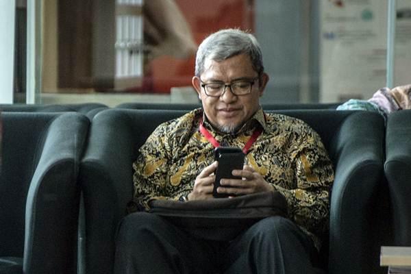 Mantan Gubernur Jawa Barat Ahmad Heryawan alias Aher menunggu untuk menjalani pemeriksaan terkait kasus pemberian izin proyek Meikarta, di gedung KPK, Jakarta, Rabu (9/1/2019). - ANTARA/Aprillio Akbar